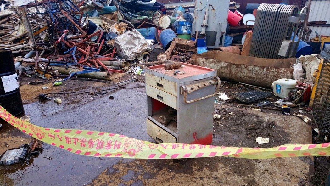 台湾回收厂疑现未爆炮弹 工人差点当废铁处理