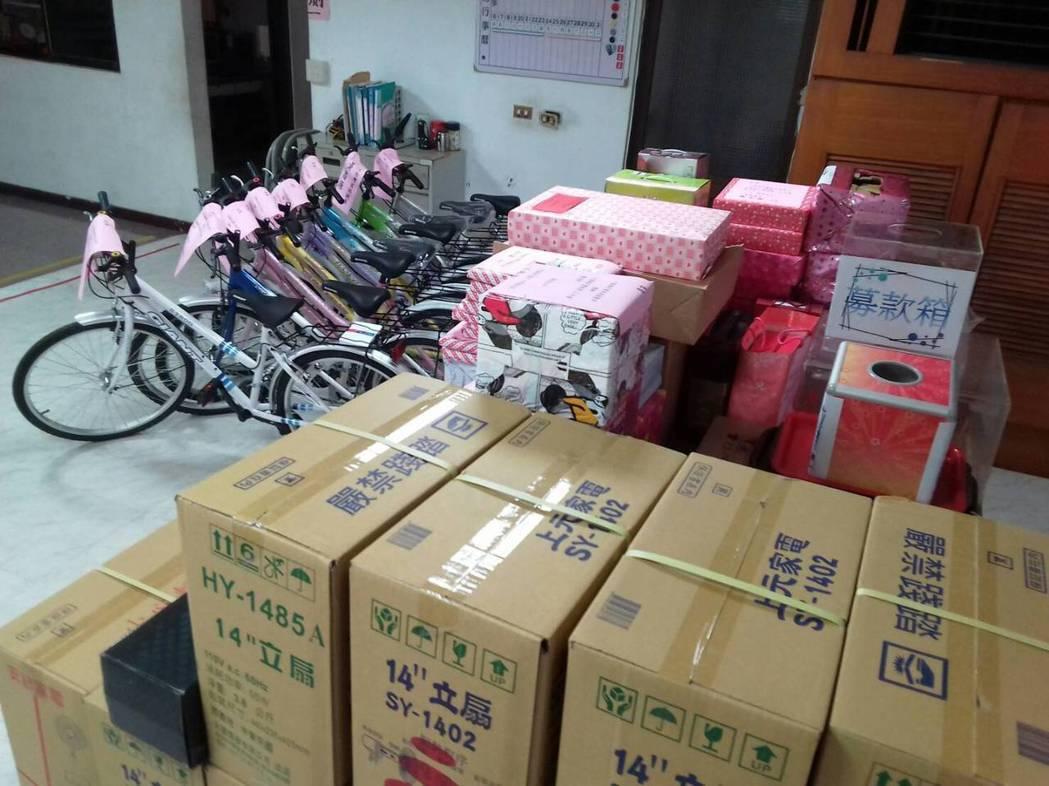 国民党屏东县党部庆祝123周年党庆,准备了液晶电视、自行车等奖品。(图片来源:台湾《联合报》)