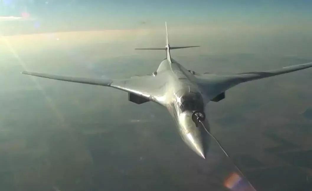 ▲从伊尔-78加油机尾舱视角拍摄的图-160空中加油画面,可见加油锥套已顺利对接。