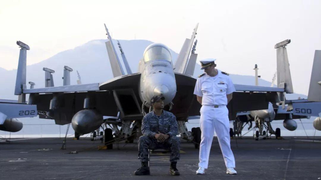 """▲""""卡尔・文森""""号甲板上的水兵和飞行员(美联社)"""