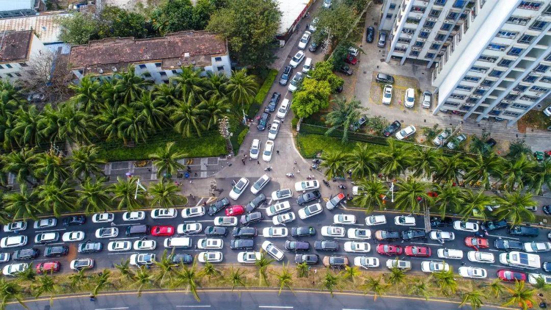 △车辆在海口滨海大道排长龙等待登船过海。