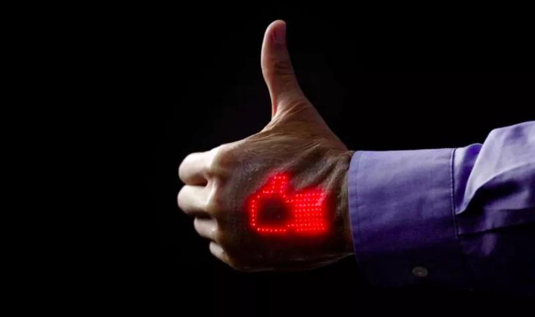 """这款皮肤显示器""""亮了"""" 随时能看心电图"""