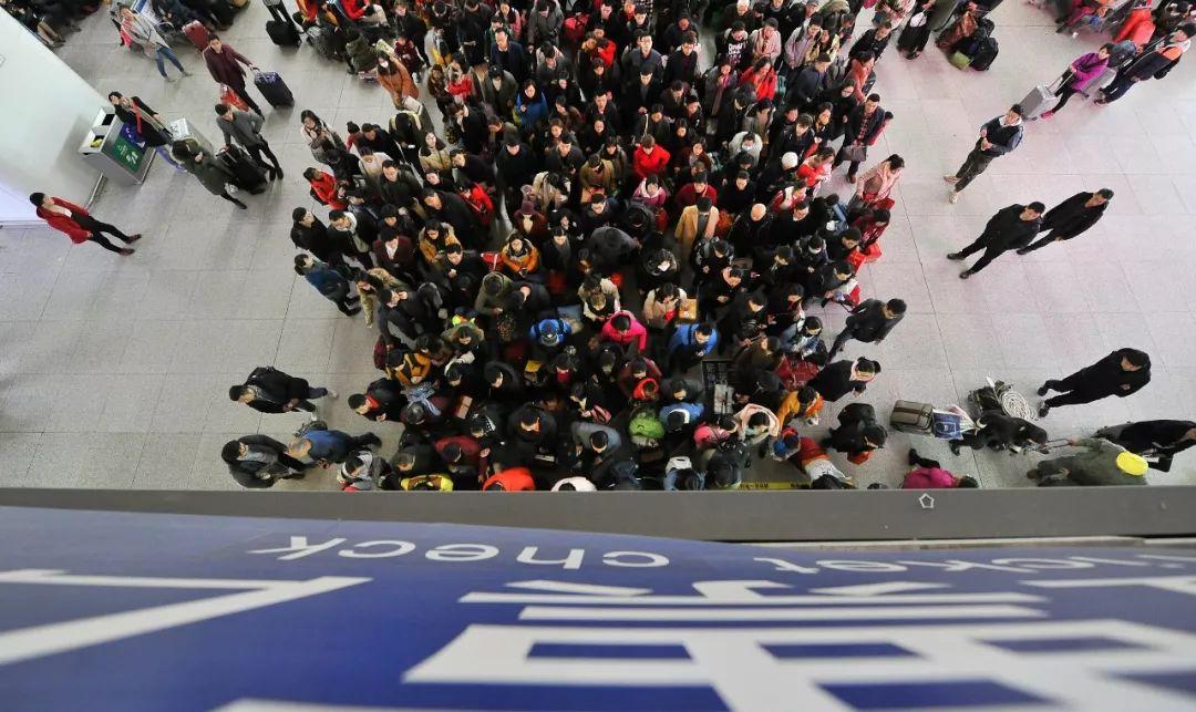△2月21日,福州火车站迎来返程客流顶峰。