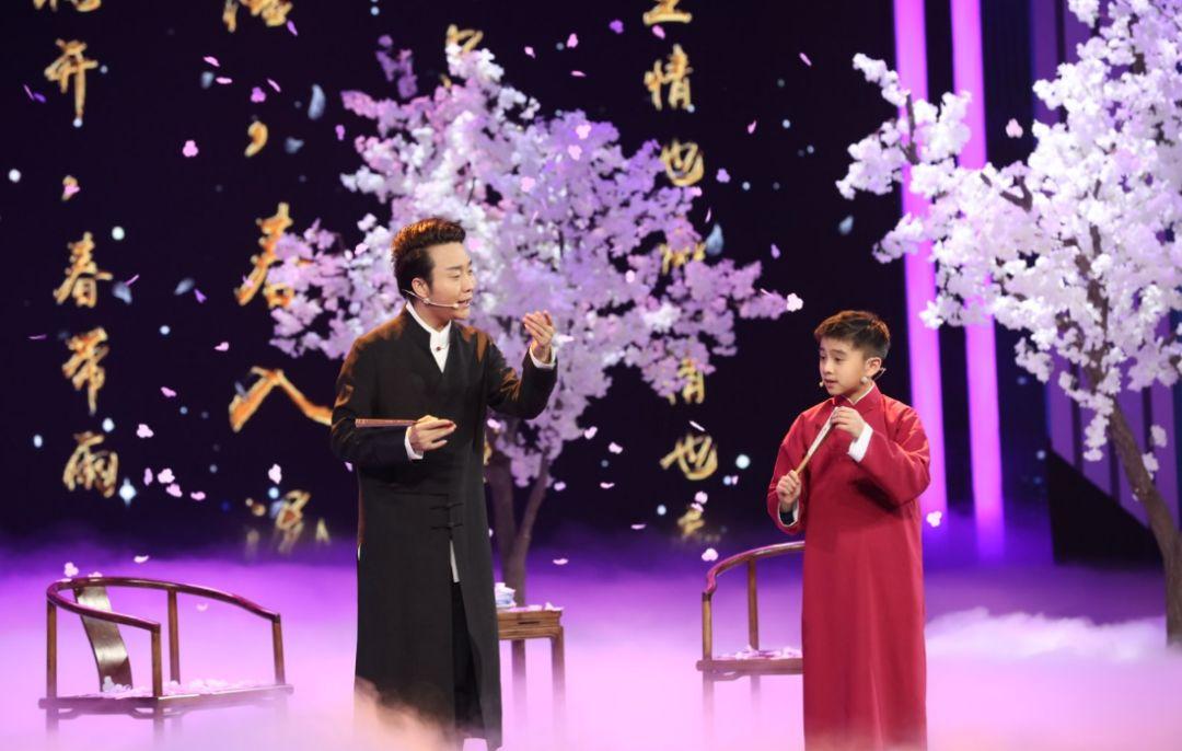 岁华侨少年携手李玉刚致敬经典,一开嗓,整个世界都亮了