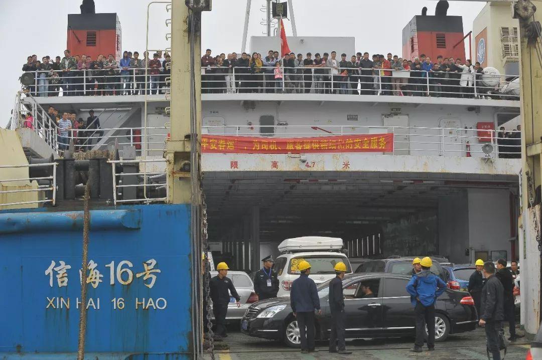 △2月22日,海口秀英港,车辆进入车滚轮(图/视觉中国)