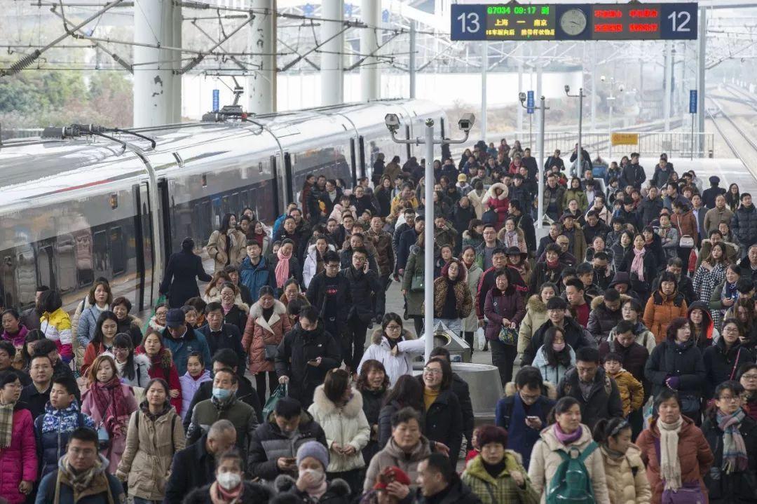 △2月21日,旅客在南京火车站下车。
