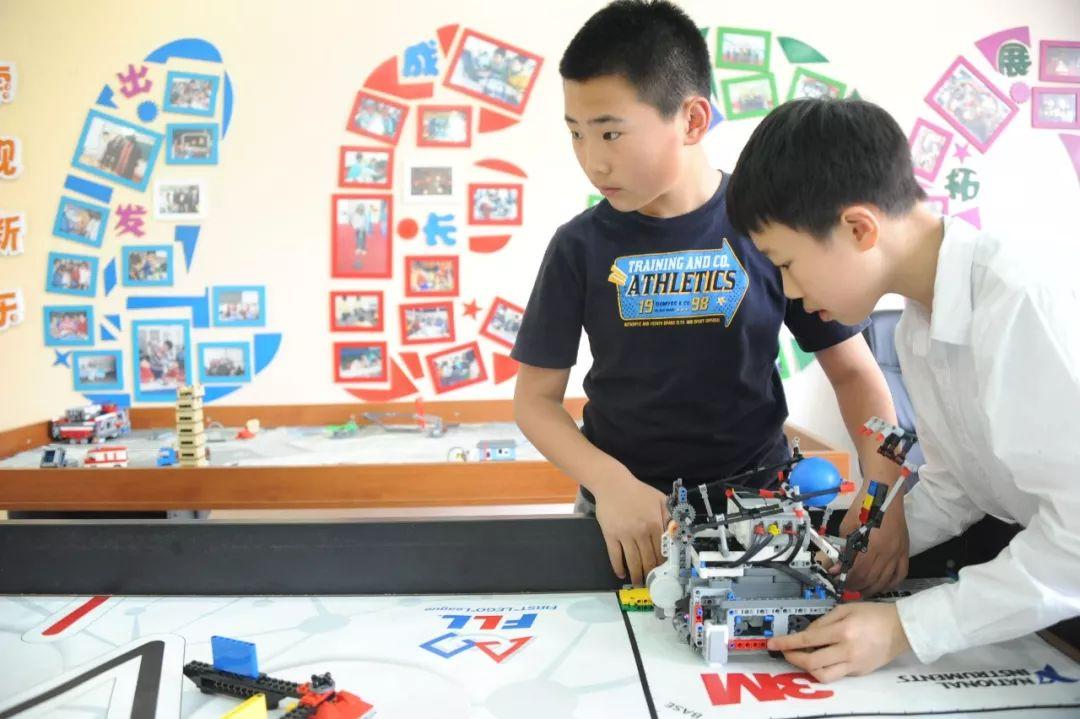 机器人社团受到学生欢迎