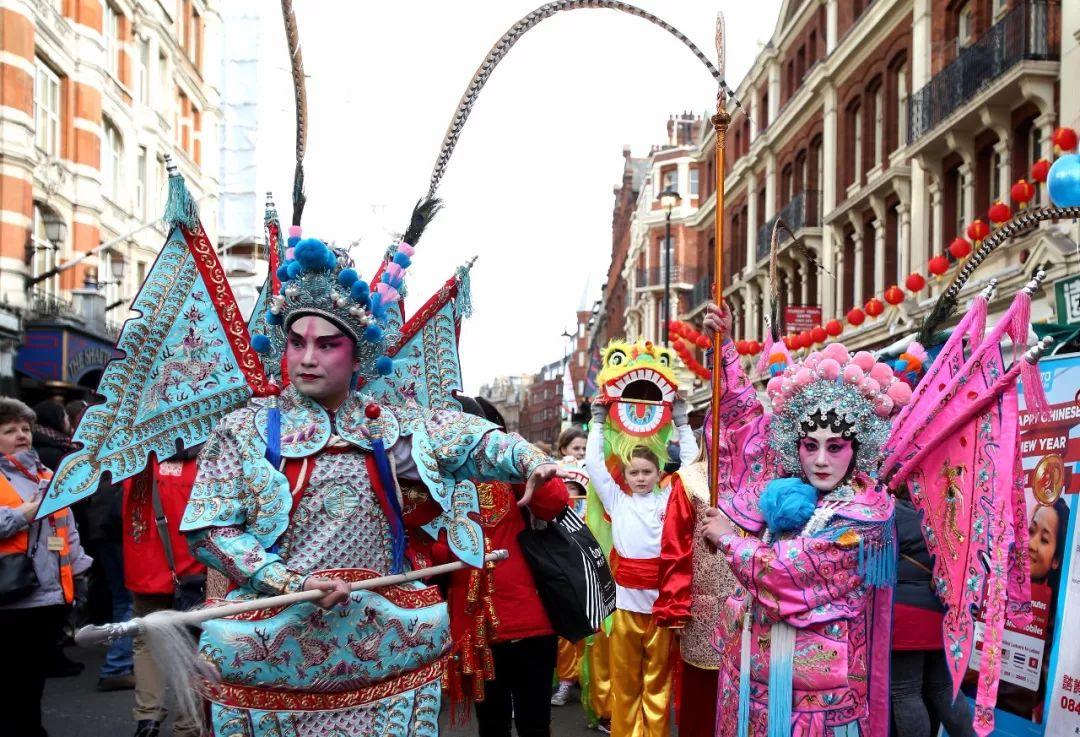 2015年2月22日,身穿京剧服装的演员参加在英国伦敦举行的新春花车巡游,庆祝中国农历羊年春节。新华社记者韩岩 摄