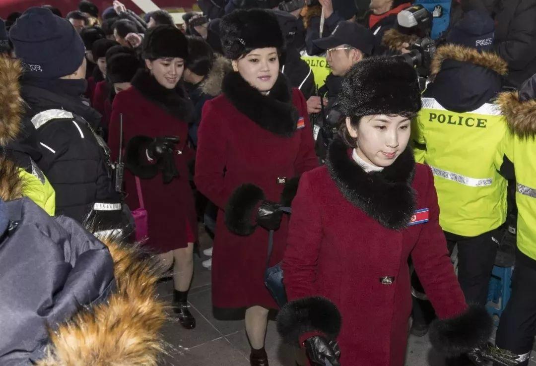 ▲2月7日,朝鲜拉拉队成员搭车达到韩国江原道麟蹄郡。