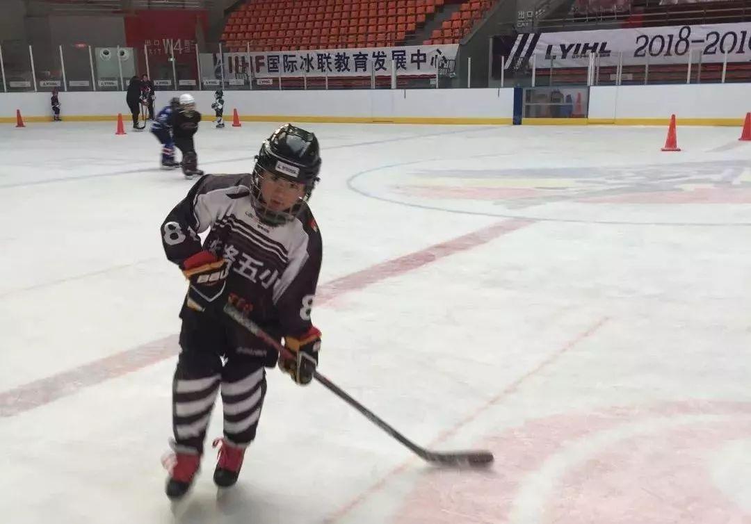 史殿策同学在冰球训练中