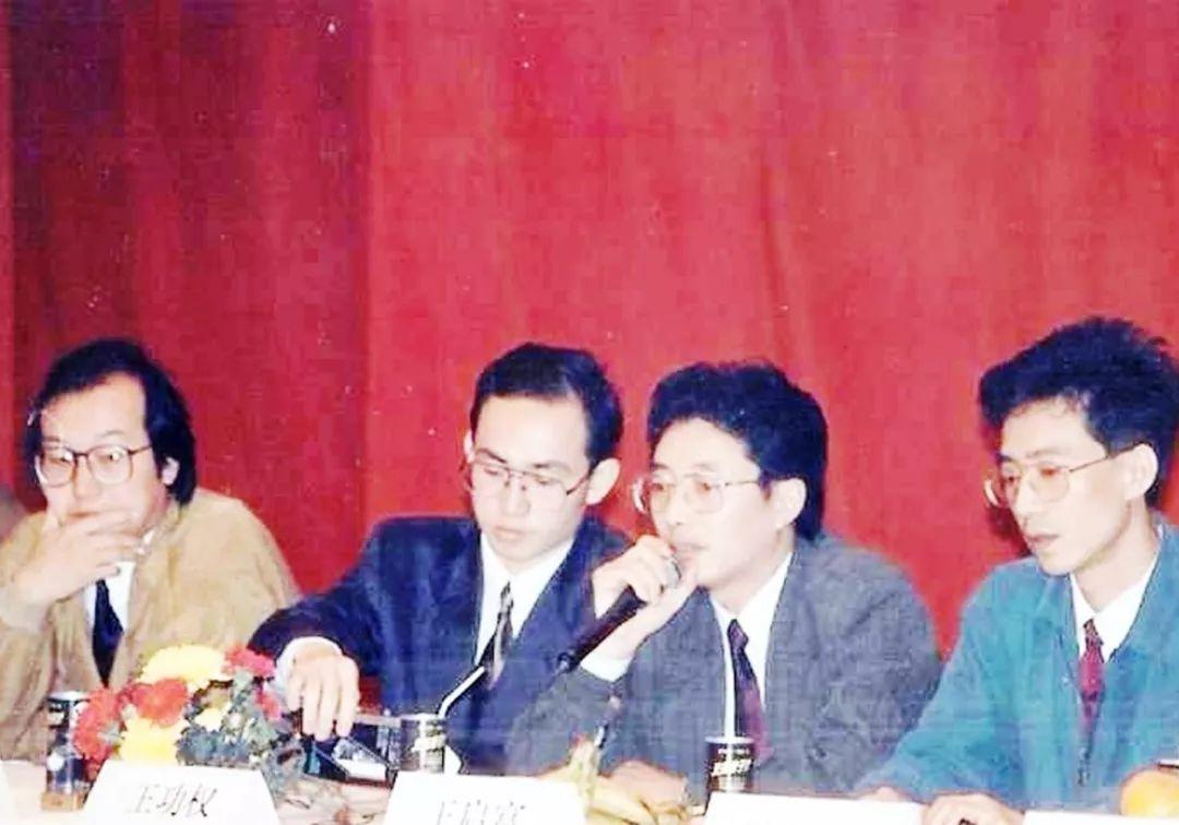 ▲1993年,组建万通集团时的核心团队 左起:冯仑、潘石屹、王功权、王启富 还有刘军和易小迪