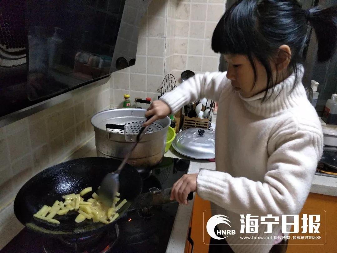 火了!10岁女生每天做饭自己买菜放学等爸妈回抠那里女孩的图片