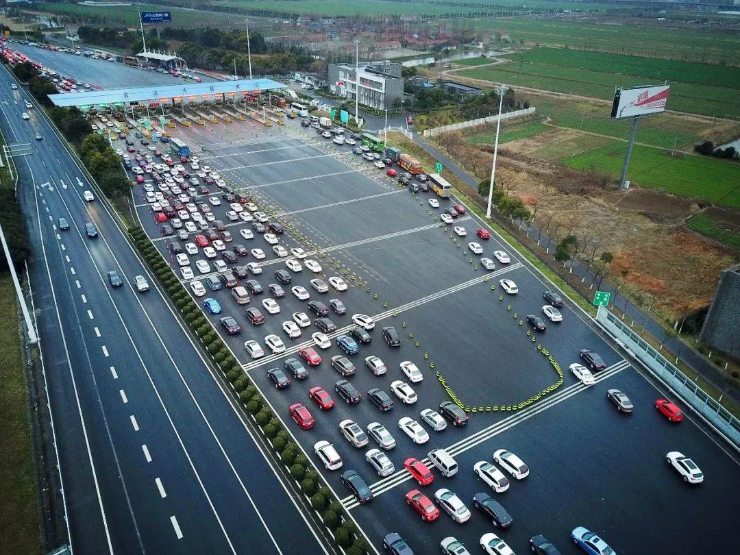 △2月20日,江苏南通境内的高速公路迎来大批春节返程客流。