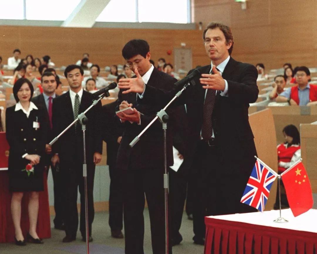 1998年10月8日,时任英国首相布莱尔出席上海证券交易所和伦敦证券交易所谅解备忘录签字仪式并参观了上海证交所。新华社记者张刘仁 摄