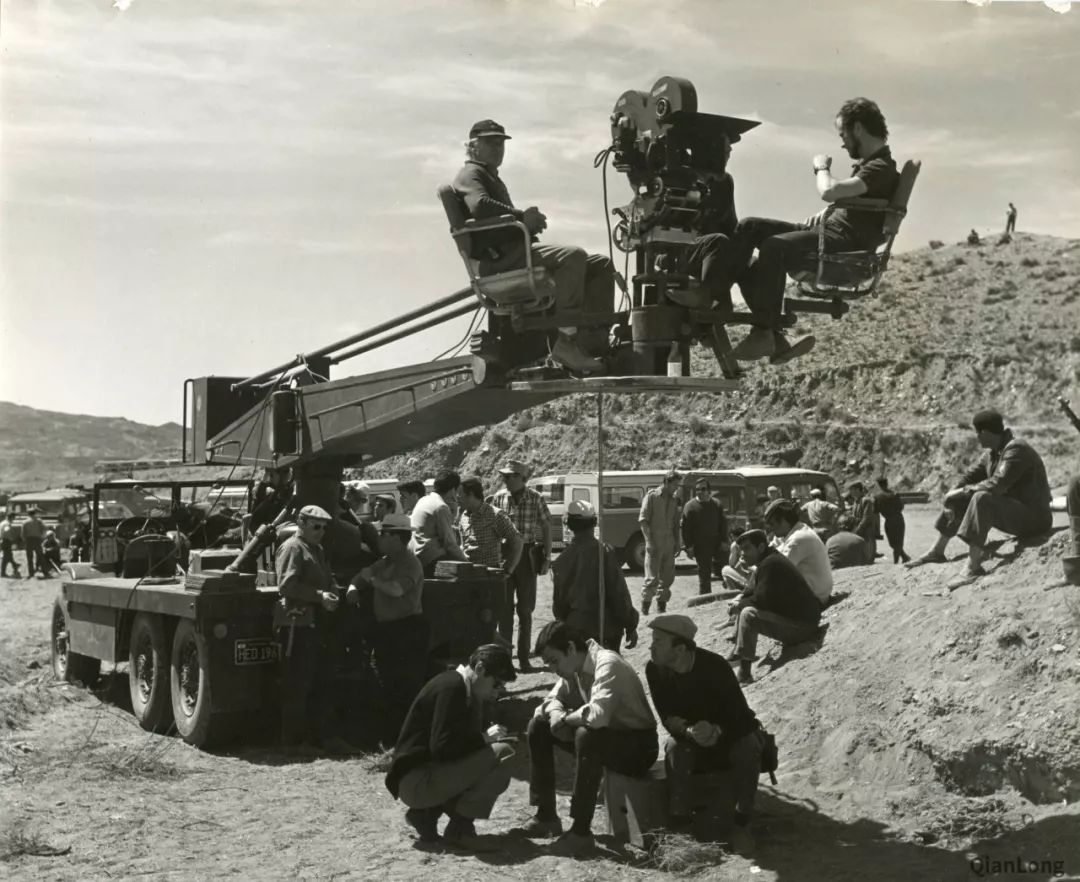 电影《巴顿将军》拍摄现场:认真的剧组人员面对坦克的