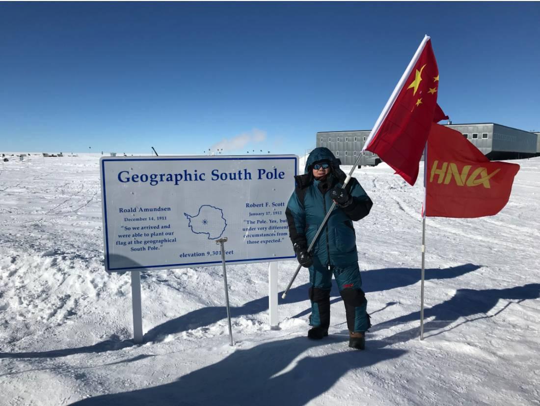 作者在南极举起五星红旗。