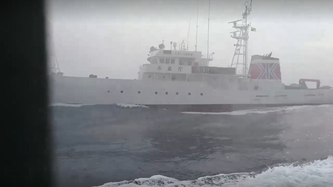 """日本水产厅渔业取缔船朝""""东半球28号""""射水柱,可清楚见船身写着""""水产厅""""。"""