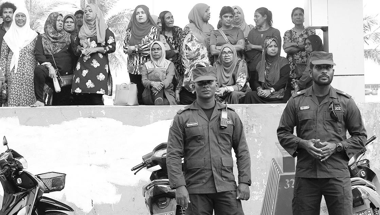 2月6日,马尔代夫警察在反对党总部附近警戒。