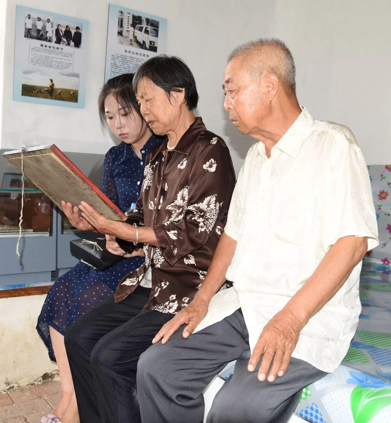 徐秀娟的父母和侄女在回忆徐秀娟(8月17日摄)。2017年是徐秀娟烈士牺牲三十周年。新华社记者 梁冬 摄