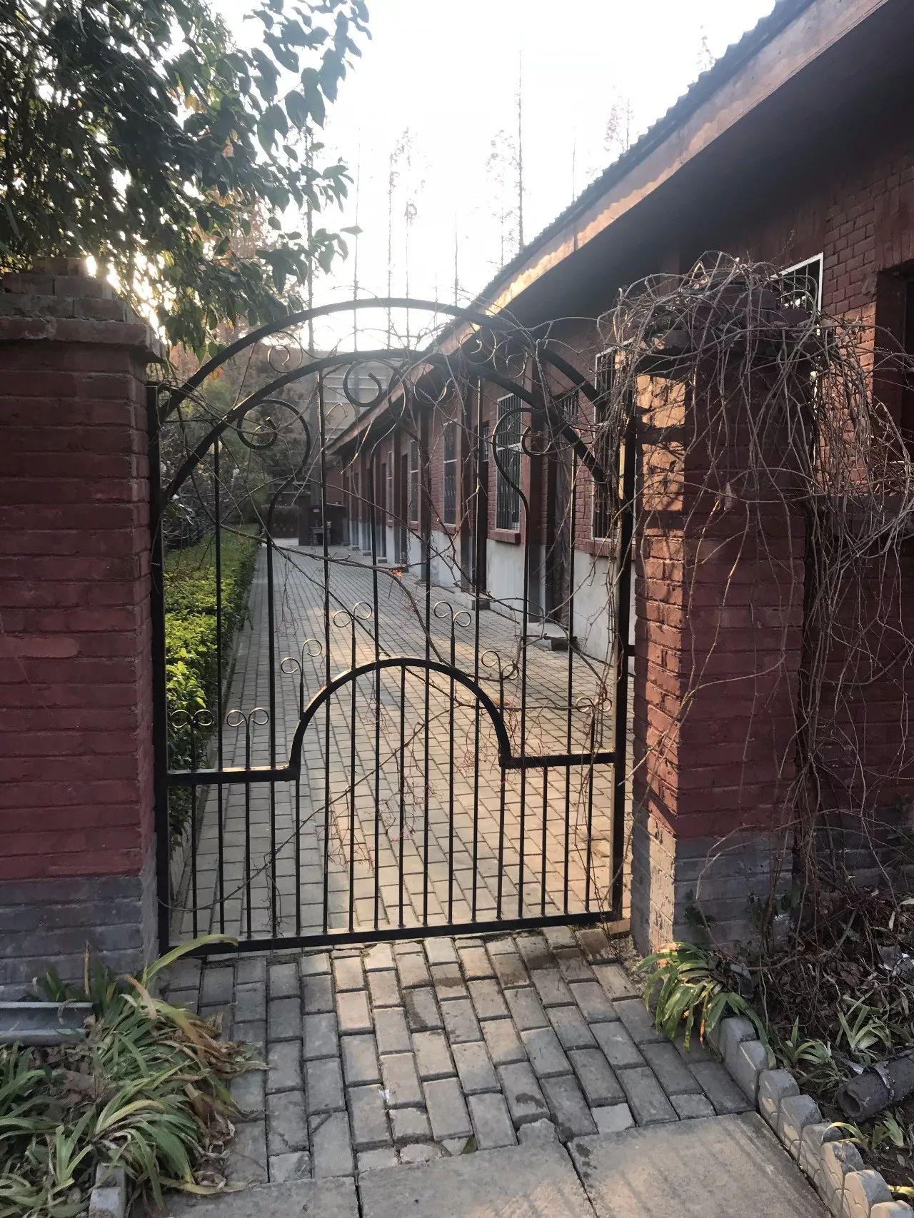▲卢氏县委大院中,唯逐一排设有栅栏门的土坯房,王战方曾在这里办公。新京报记者 贾世煜 摄