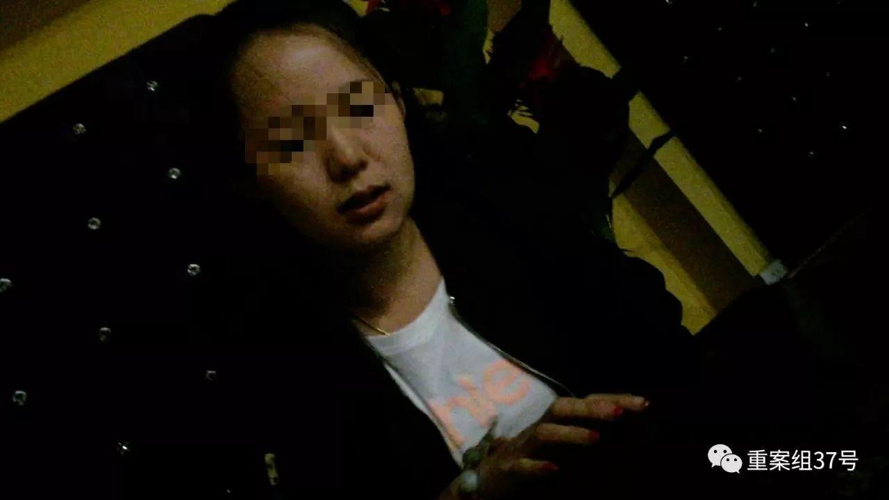▲三里屯某咖啡馆内,一名女酒托正与顾客交谈 。