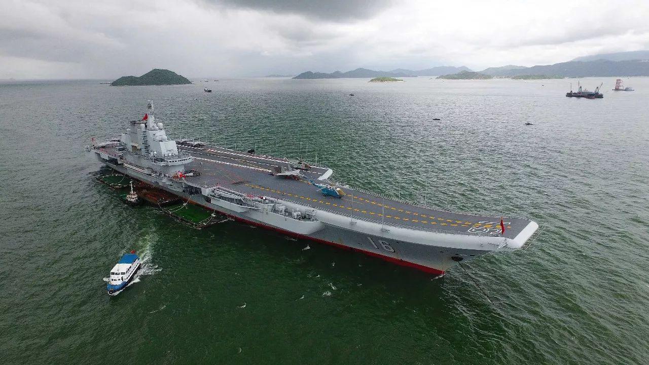 ▲资料图片:2017年7月7日,辽宁舰锚泊在香港维多利亚湾。