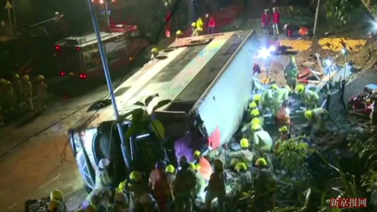 现场:19死60余伤!香港一双层巴士发生车祸 车身损毁严重