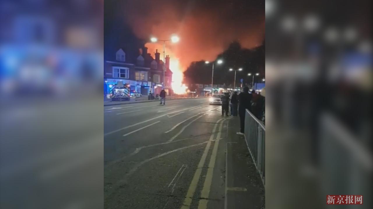 现场:英国一商铺发生爆炸火光冲天 4名伤者情况危急