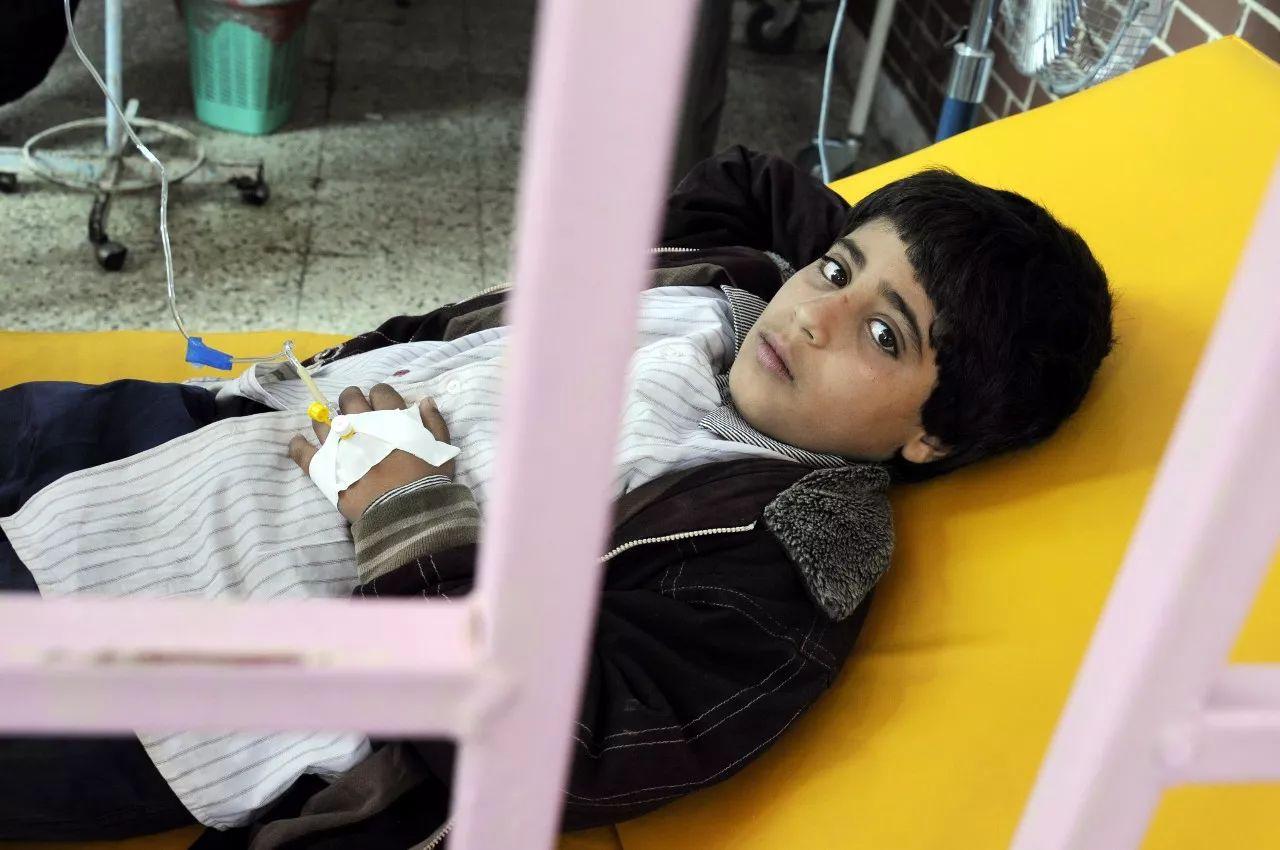今年8月17日,一名感染霍乱的儿童在也门首都萨那的一家医院接受治疗。