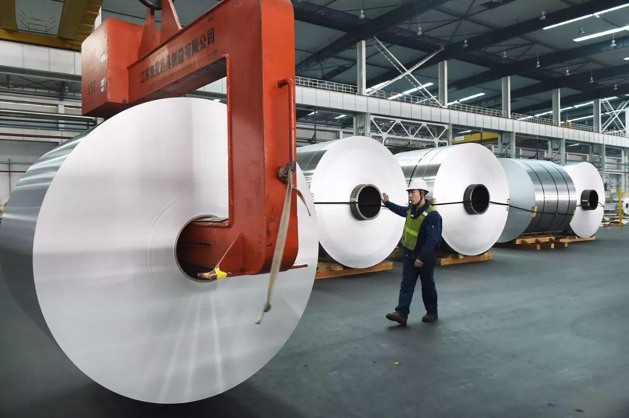▲2015年12月2日,山东某公司工人在吊装铝卷(图片来源:视觉中国)