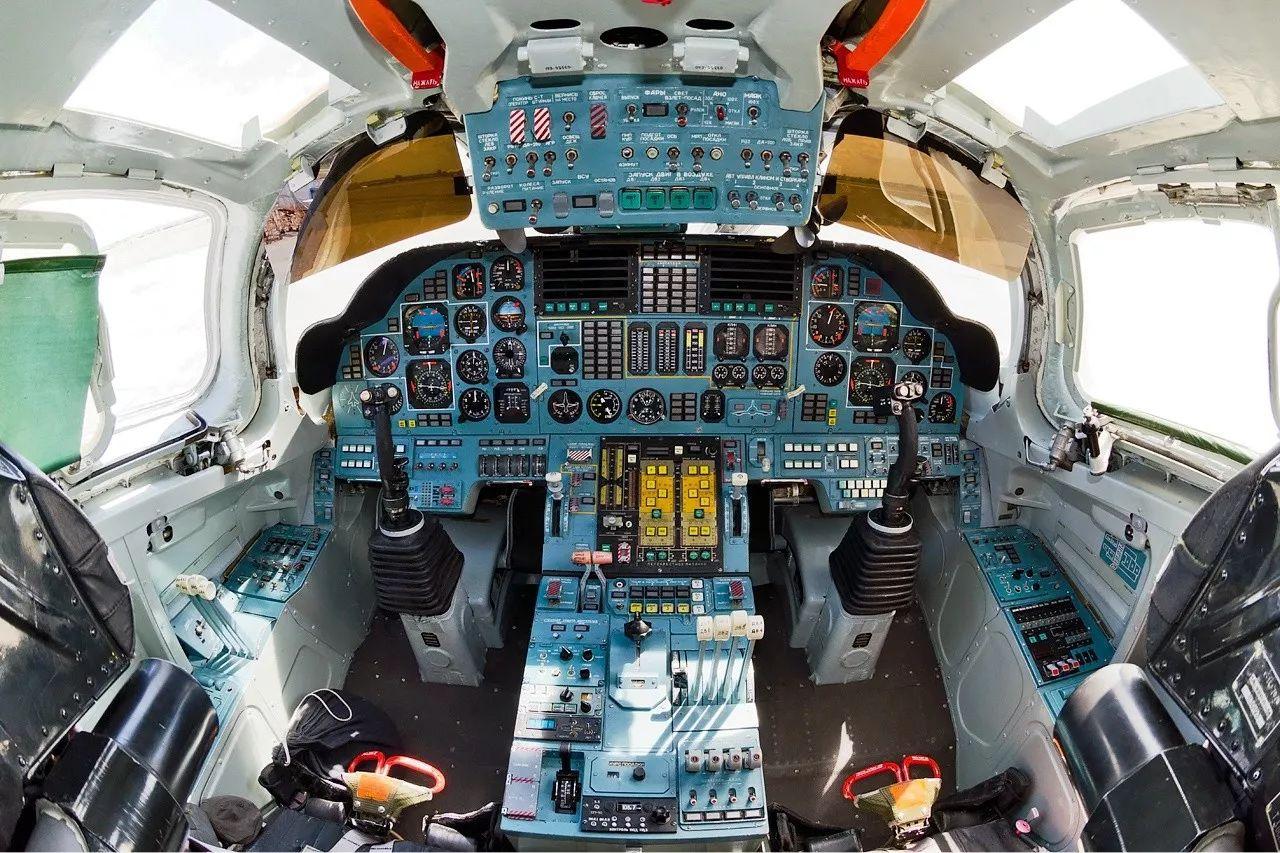 ▲图为图-160前部座舱,可见采用了类似战斗机的操纵杆中置布局,仪表板是典型的俄制风格,由大量传统仪表组成。