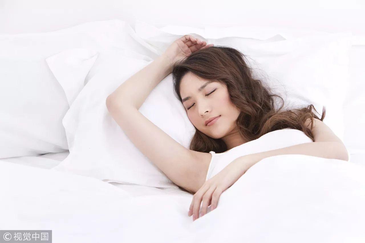 了嘴也歪了!美女倒头完抖动就睡,第二天清早竟胸洗漱女子图图片