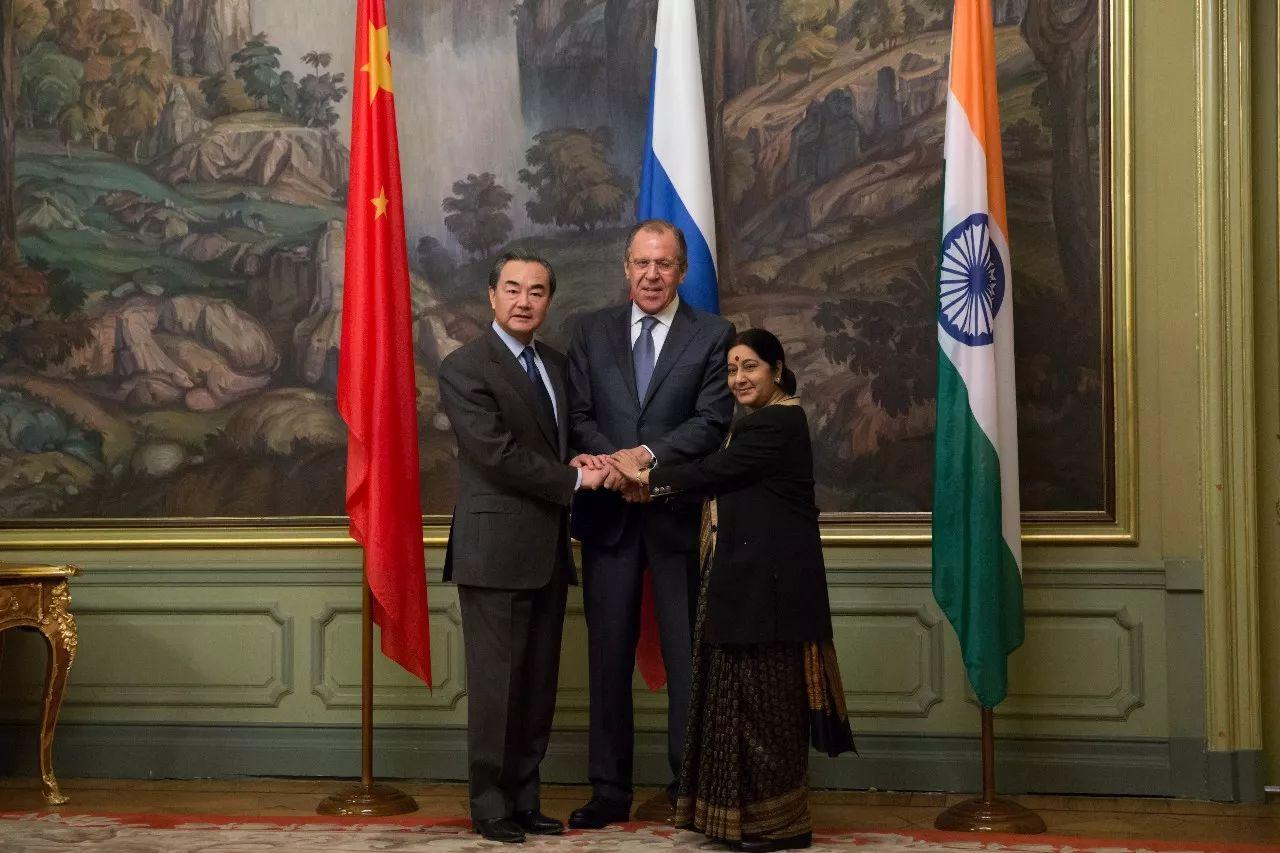 2016年4月18日,在俄罗斯首都莫斯科,中国外交部长王毅(左)、俄罗斯外长拉夫罗夫(中)、印度外长斯瓦拉杰出席中俄印外长第十四次会晤。新华社记者白雪骐摄