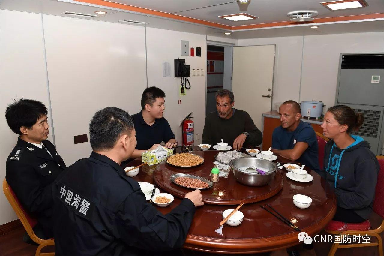 中国海警3303舰为获救外籍船员提供餐食。