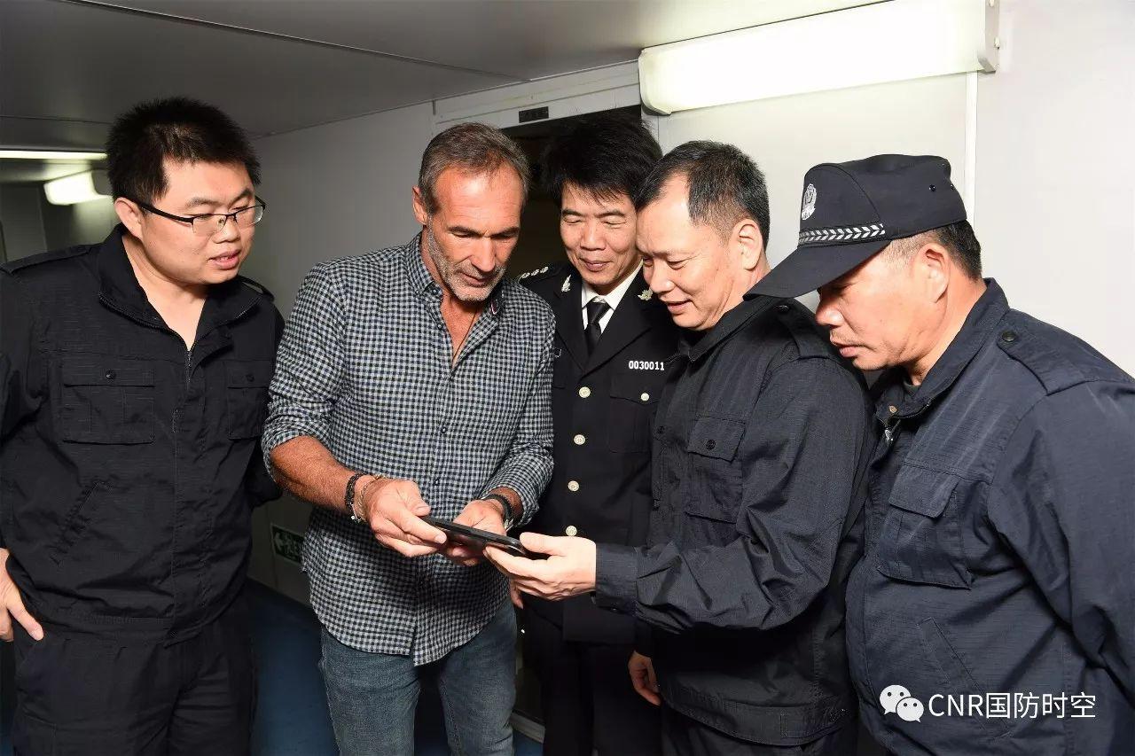 获救的船长麦克霍恩(国际知名探险家)向海警船员舰员介绍搁浅过程。