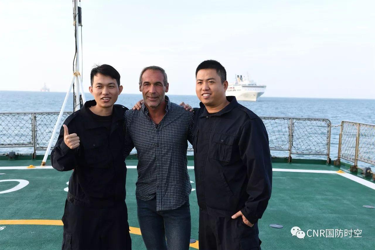 获救外籍人员与中国海警3303舰船员合影。