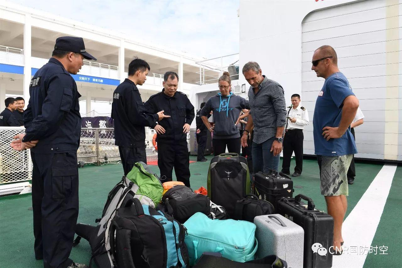 协助获救外籍人员清点个人物品。