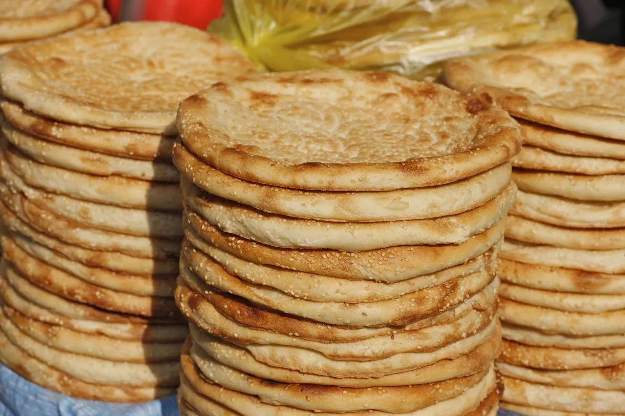 新疆大盘鸡,烤羊肉串,手抓饭,烤包子,馕包肉,馕.