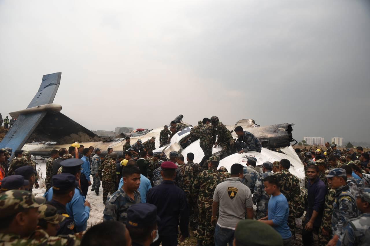 一架客机在尼泊尔机场降落时坠毁 17人已被救出