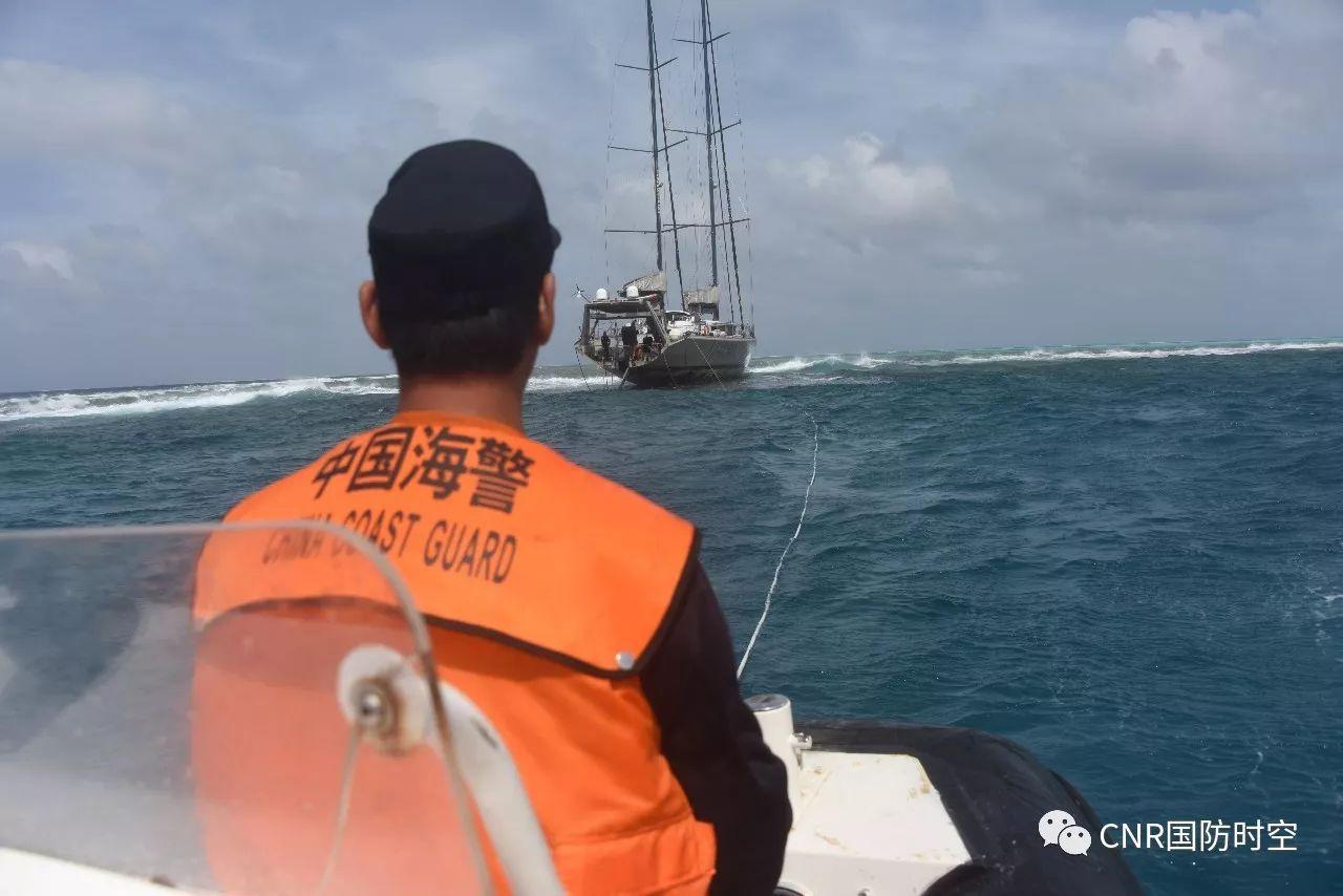 中国海警3303舰施放快艇进行救援。