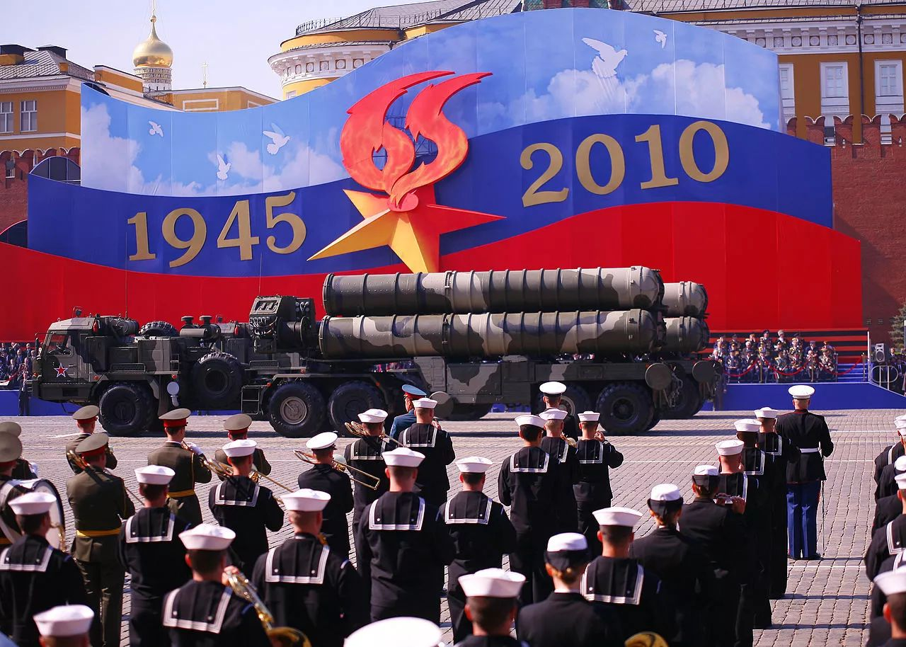 ▲资料图片:2010年,在俄罗斯纪念卫国战争胜利65周年庆典上,S-400防空导弹经过莫斯科红场。(维基百科)