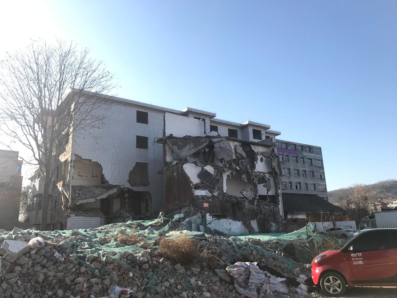 ▲东大街四周,拆了一半的住民楼。新京报记者 贾世煜 摄