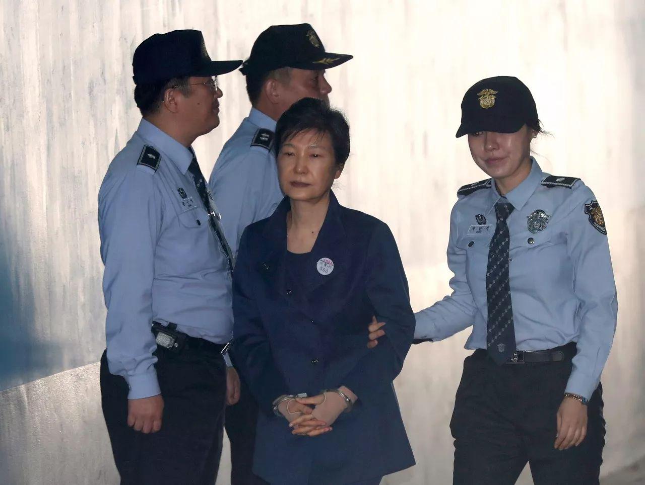 10月13日,在韩国首尔,韩国前总统朴槿惠(中)抵达法院