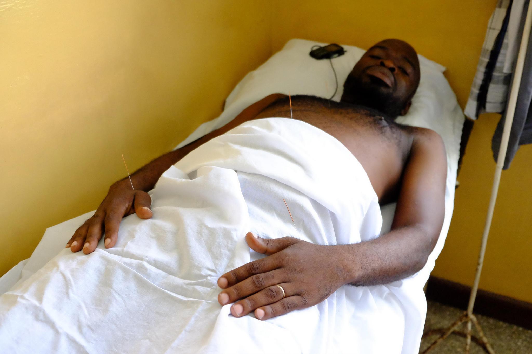 11月28日拍摄的一名接受针灸治疗的当地患者。
