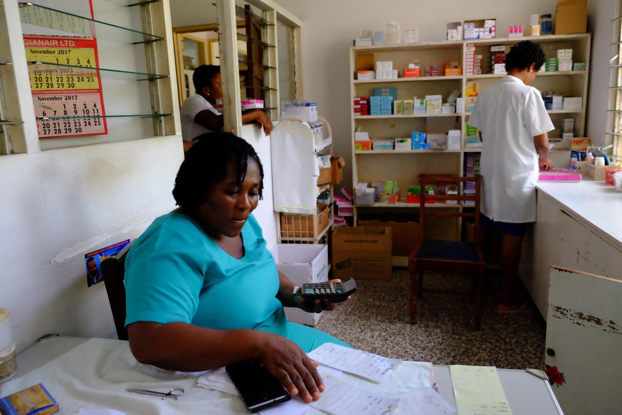 11月28日在诊所拍摄的加纳本地护士。