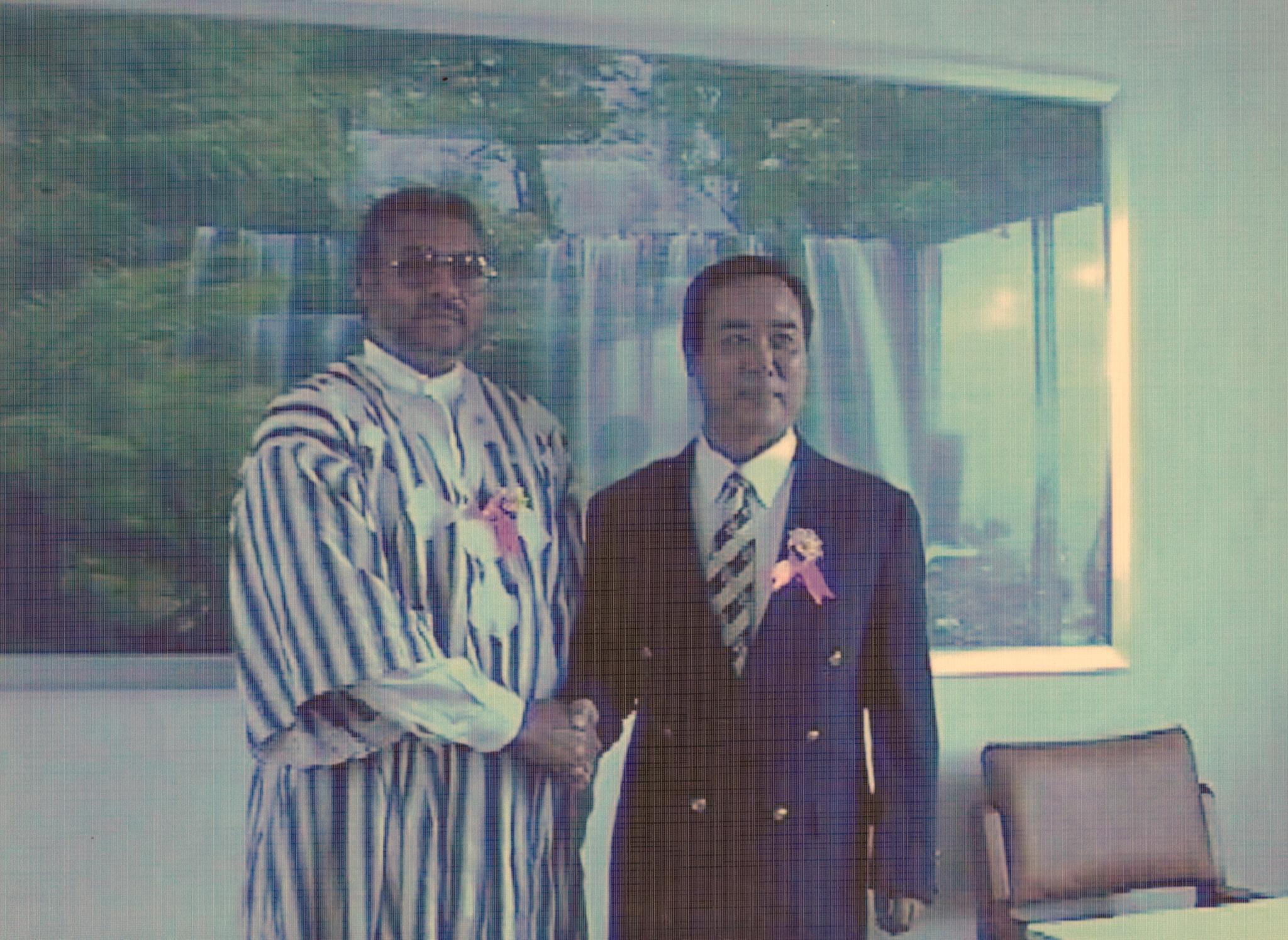 萧波(右)与加纳前总统罗林斯合影。