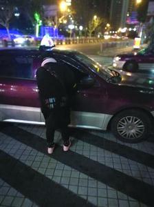 从浦东香格里拉前往徐家汇,这辆出租车要价100元。/晨报记者 吴正彬