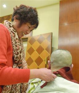 陈丽平为瘫痪老人梳洗