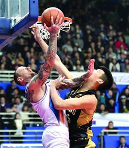 上海男篮两位外援合砍87分,帮助球队终结主场四连败。 /晨报记者 顾力华