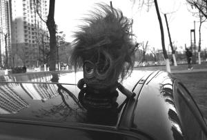 车顶玩偶很拉风这是交通违法行为